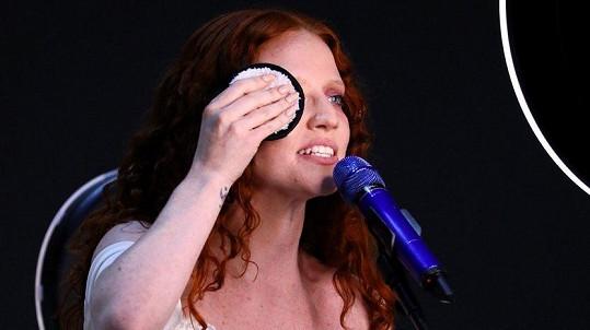 Jess Glynne si odstranila make-up během vystoupení.