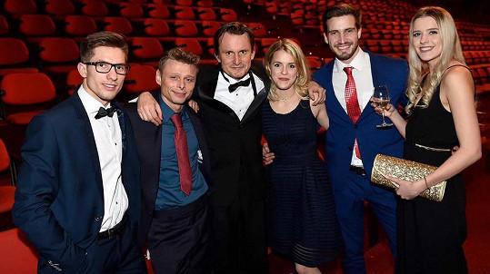 Filip Janeček (třetí zleva) s novou přítelkyní