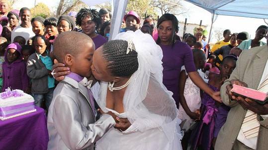 Sanele Masilela a Helen Shabangu při manželském polibku