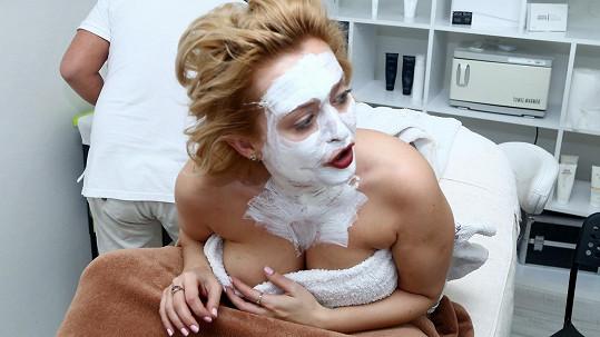 Blonďatá herečka se nechala hýčkat v salonu.