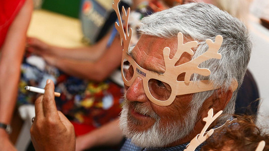 Jiří Bartoška si na párty nasadil sobí brýle.
