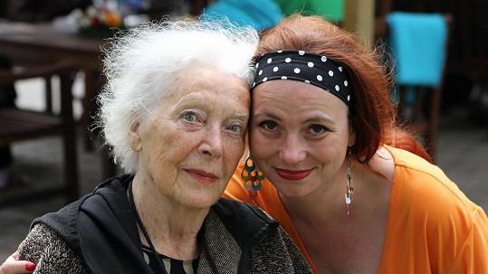 Květa Fialová s ergoterapeutkou Ludmilou Klhůfkovou, která se o herečku stará.