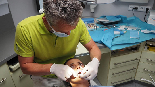 Veronika Zelníčková při stomatologickém chirurgickém zákroku