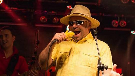 Tohoto pána znáte z muzikálových prken, ale exceluje i ve funky kapele Úplně rovný banán.