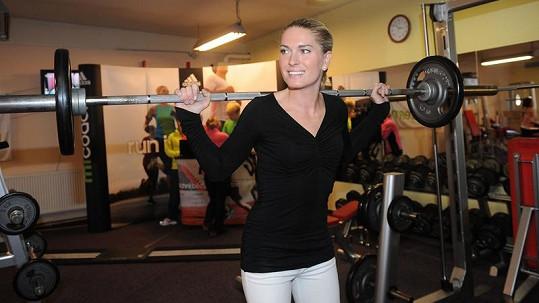 Olga Menzelová má silné nohy kvůli zvedání činek.
