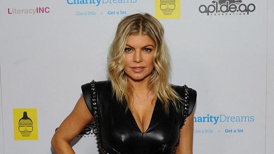 Fergie oslnila v nevšedních kožených šatech.