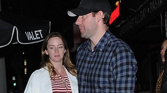Emily Blunt porodila svému manželovi Johnovi druhou dcerku Violet.