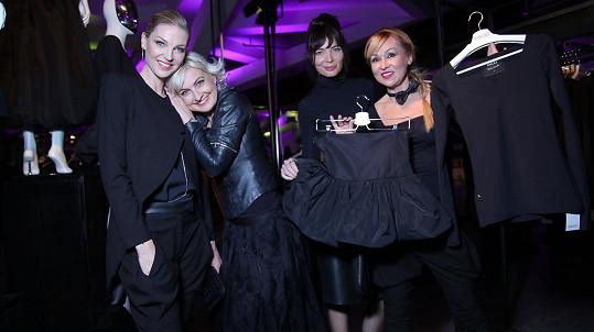 Bára Nesvadbová představila vlastní kolekci oblečení, která bude pomáhat.