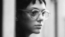 Poznáte tuhle brýlatou slečnu?