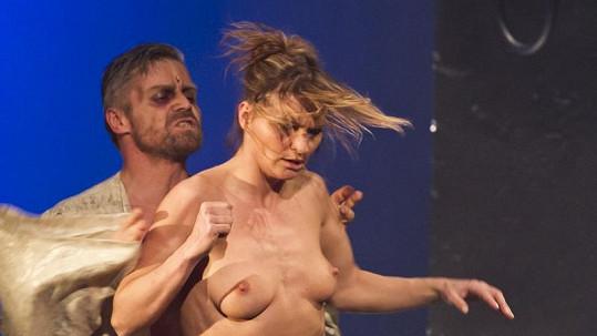 Striptérka při představení Lucrezia Borgia.