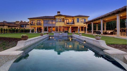 Kim Kardashian a Kanye West loni investovali do této nemovitosti s bazénem.