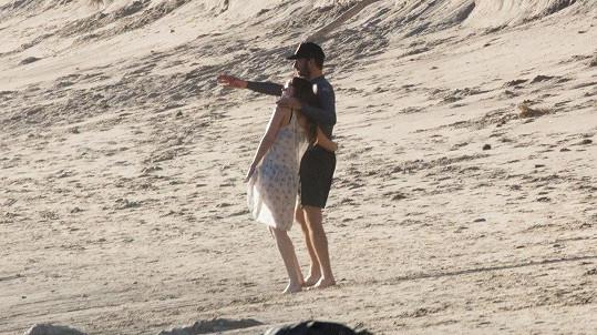 Chris Martin a Dakota Johnson poprvé vyfoceni v objetí