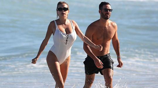 Zpěvačka a herečka Caroline Vreeland a její doprovod na pláži