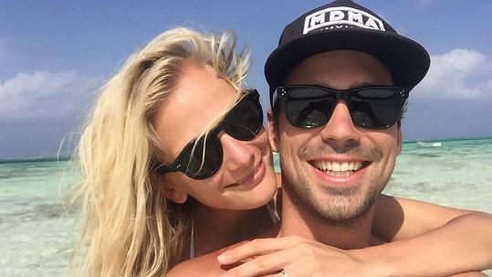 Během dovolené na Zanzibaru se ze Zuzky a Matyáše stali snoubenci.