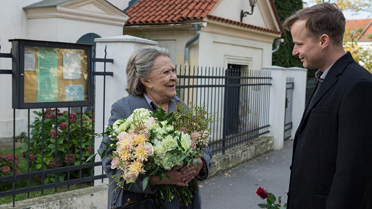 Jiřina Bohdalová a Kryštof Hádek ve filmu Klec