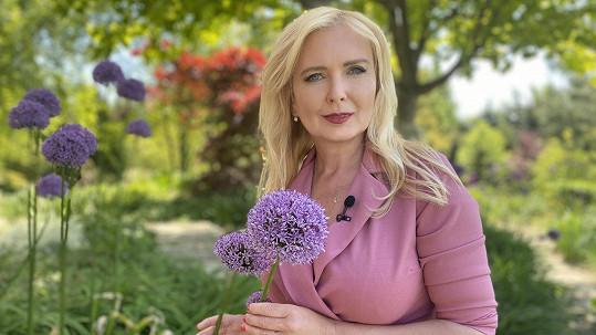 Dana Makrlíková provede pořadem Mistři zahrad.