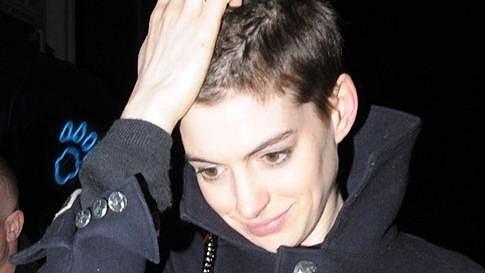 Anne Hathaway si musela ostříhat vlasy kvůli nové roli.