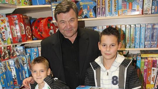 Václav Postránecký s vnuky Kubou a Filipem.