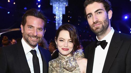 Emma Stone s přítelem Davem McCarym (vpravo) a hercem a režisérem Bradleyem Cooperem