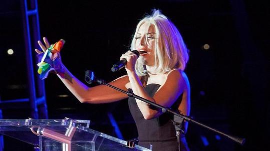 Lady Gaga se v poslední době obléká jako dáma.