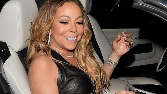 Zpěvačka Mariah Carey se cítí stále jako mladice.