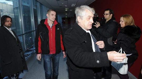 Jan Rychtář (vlevo) s otcem Josefem už znají rozsudek za zmlácení Macury.