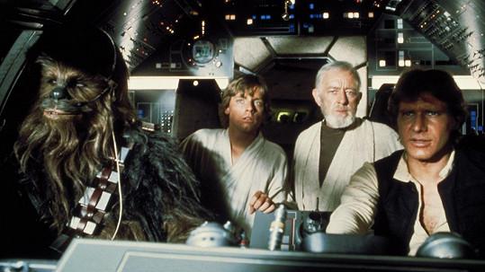 Peter Mayhew jako Chewbacca (vlevo) ve Star Wars.