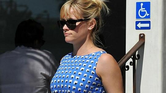 Skrývá Reese těhotenské bříško?