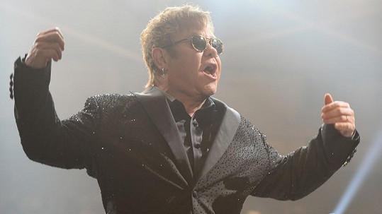 Elton John prý sexuálně obtěžoval svého bodyguarda.