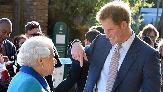 Harry se od Alžběty II. dočkal pocty.