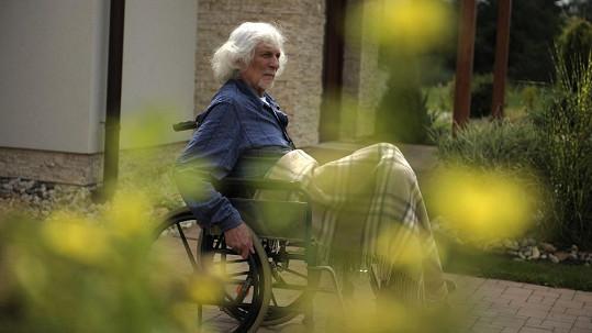 Zde záběr z filmu. Petr Hapka skončil na vozíku bohužel i v civilu.