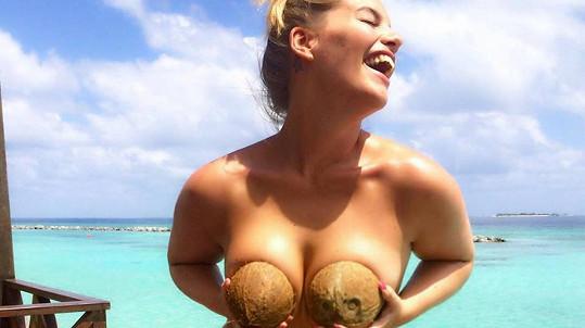 Modelka Angelina Kirsch dováděla na pláži.