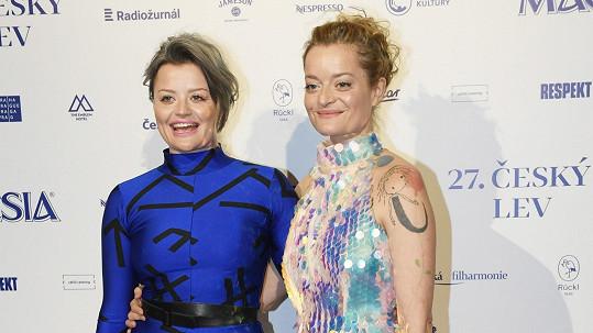 Erika Stárková (vlevo) se sestrou Lenkou na předávání cen Český lev