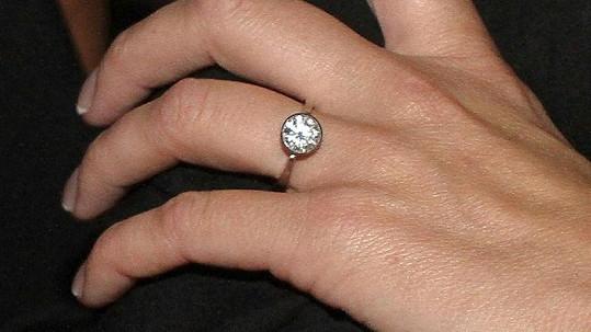 Diamantový zásnubní prsten pro Gavriely stál Trana hotové jmění.