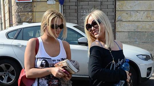 Ornella Muti vyrazila s dcerou Carolinou do ulic Říma. Obě vypadají na dvacet.