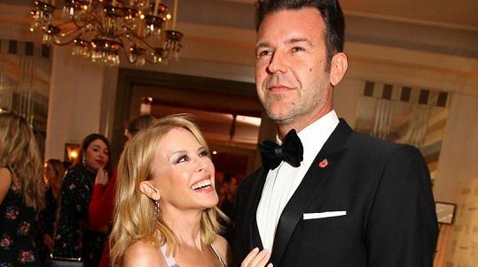 Kylie Minogue má oči jen pro partnera Paula Solomonse.