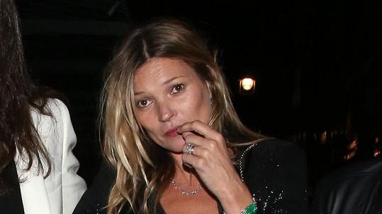 Kate Moss si myslí, že nepotřebuje letenku.