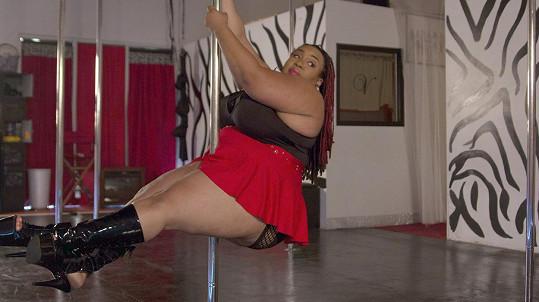 Instruktorka ukazuje světu, že tanec u tyče nemá velikostní limit.