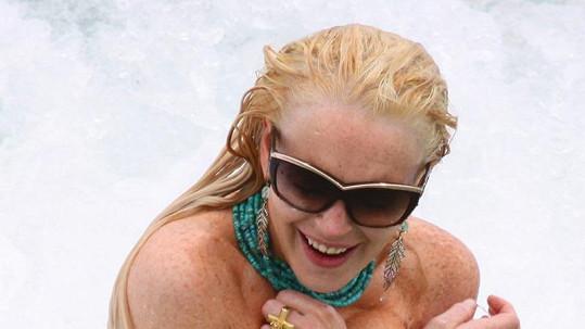 Lindsay nechtěně odhalila své vnady.