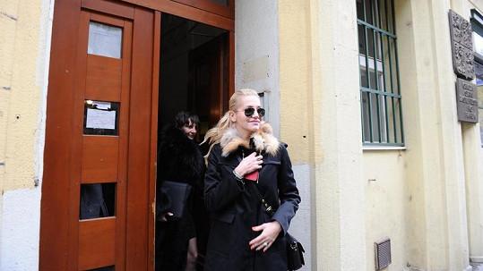 Dara odcházela s úsměvem na rtech. Laura zůstává s ní.
