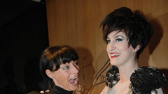 Klára Vytisková s návrhářkou Liběnou Rochovou.