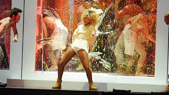 Rihanna a její tanečníci udělali na pódiu barvami pořádný binec.