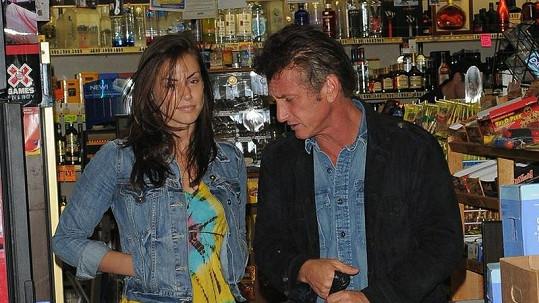 Sean Penn se svou novou přítelkyní v obchodě s alkoholem.