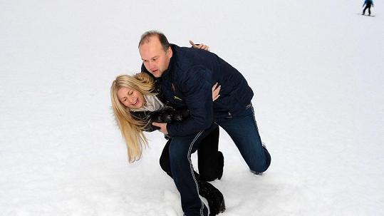 Marek Vít se svou láskou Kateřinou a jejich hrátky na sněhu.