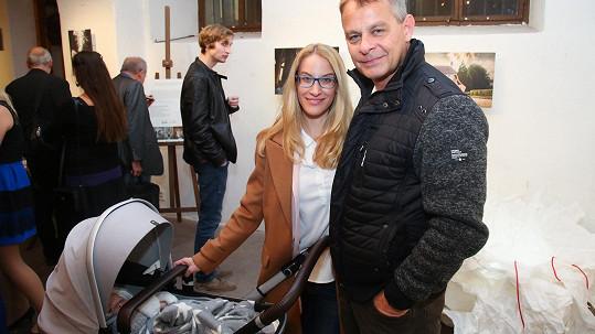Filip Renč s manželkou Maruškou a dcerkou Sofií vyrazil na výstavu fotografií.