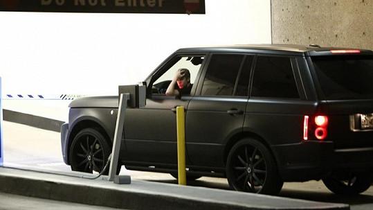 Justin Bieber do nemocnice přijel ve svém novém luxusním Range Roveru.