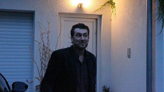 Domenico Martucci předtím, než vešel do vily Ivety Bartošové.