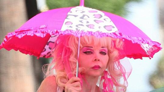 Angelyne se již dlouhá desetiletí stylizuje do panenky Barbie.