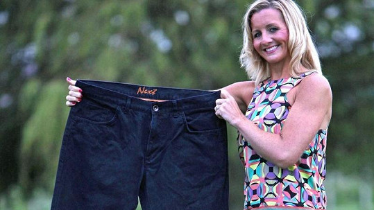 Sarah ukazuje kalhoty, které dříve nosila.