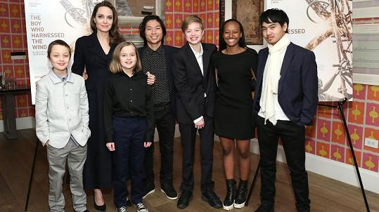 Angelina Jolie se všemi šesti dětmi. Zleva Knox, Vivienne, Pax, Shiloh, Zahara a Maddox